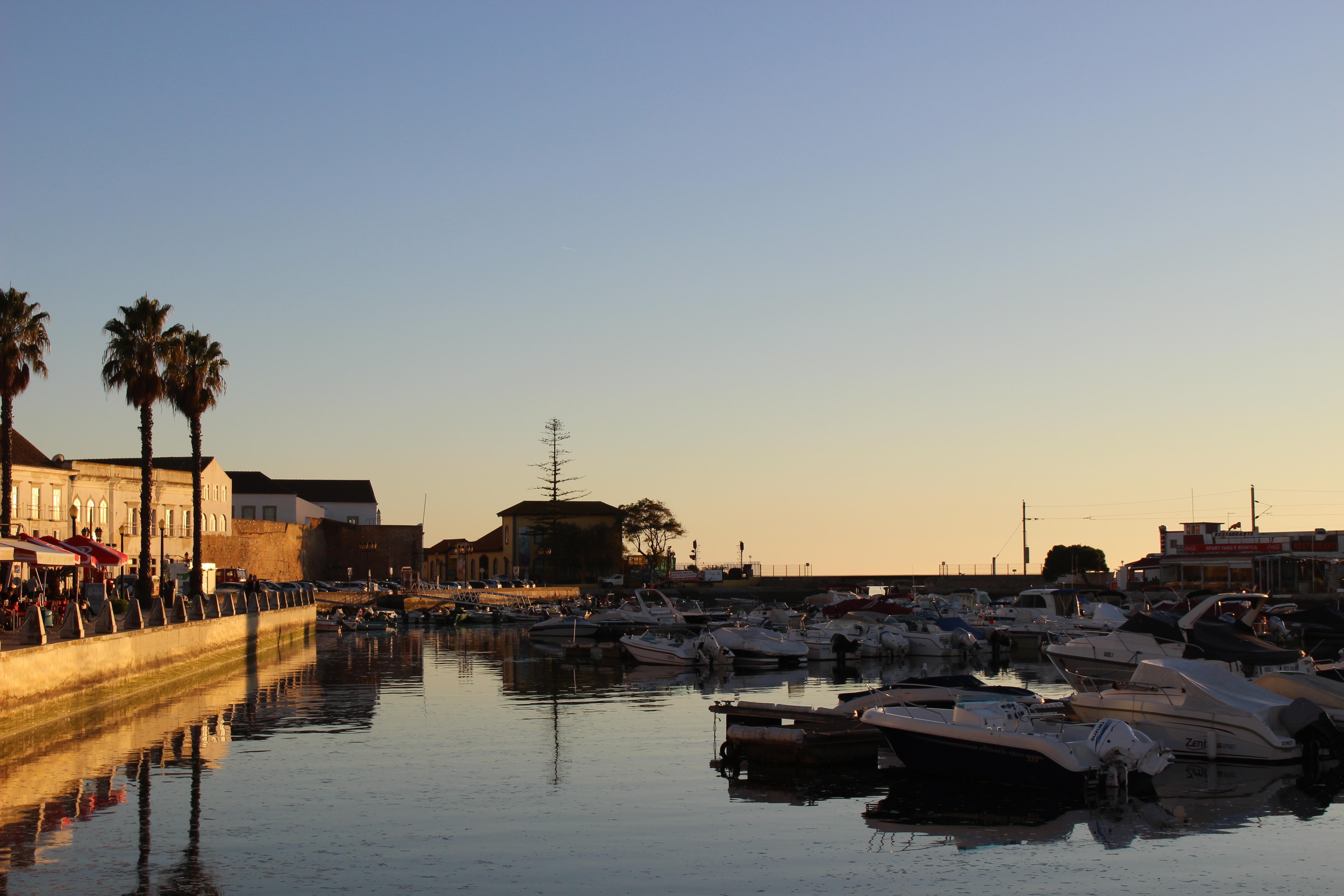 Zachód słońca w porcie w Faro