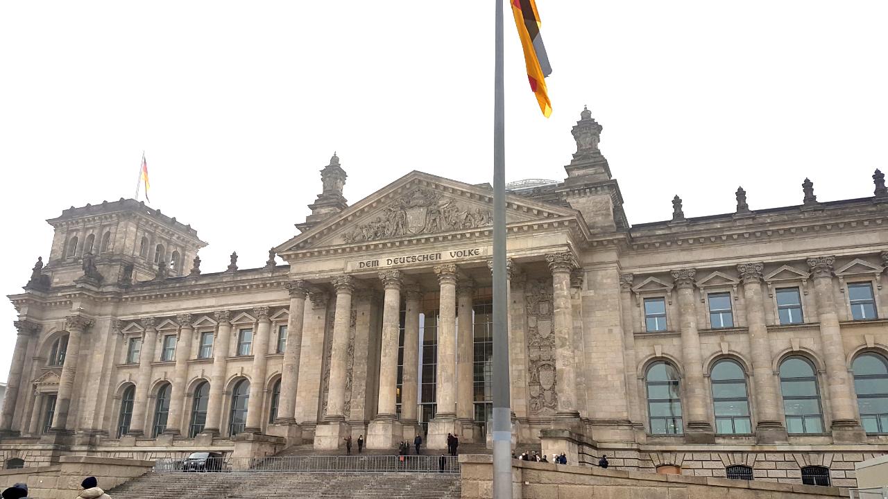 Bardzo efektowna siedziba niemieckiego parlamentu.