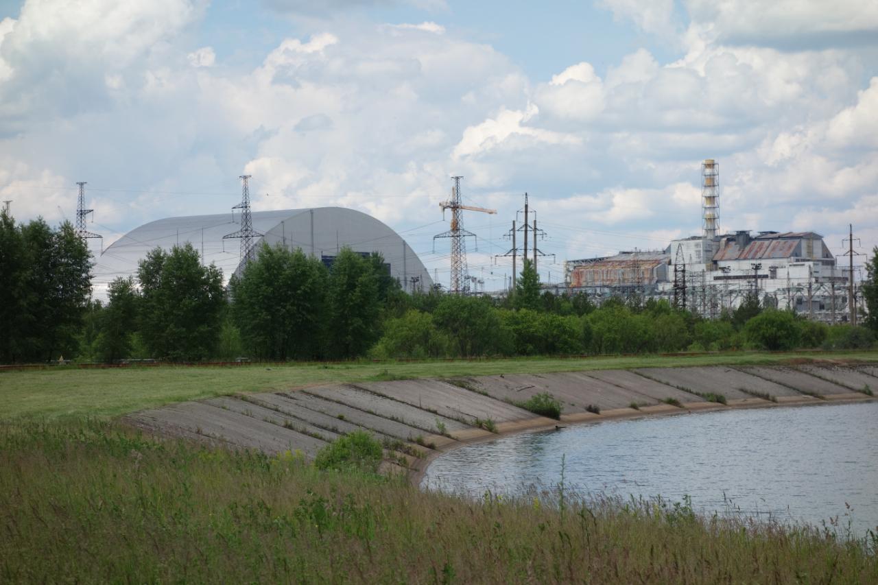 Czarnobyl zwiedzanie, wycieczka. Widok na sarkofag w budowie i elektrownie.