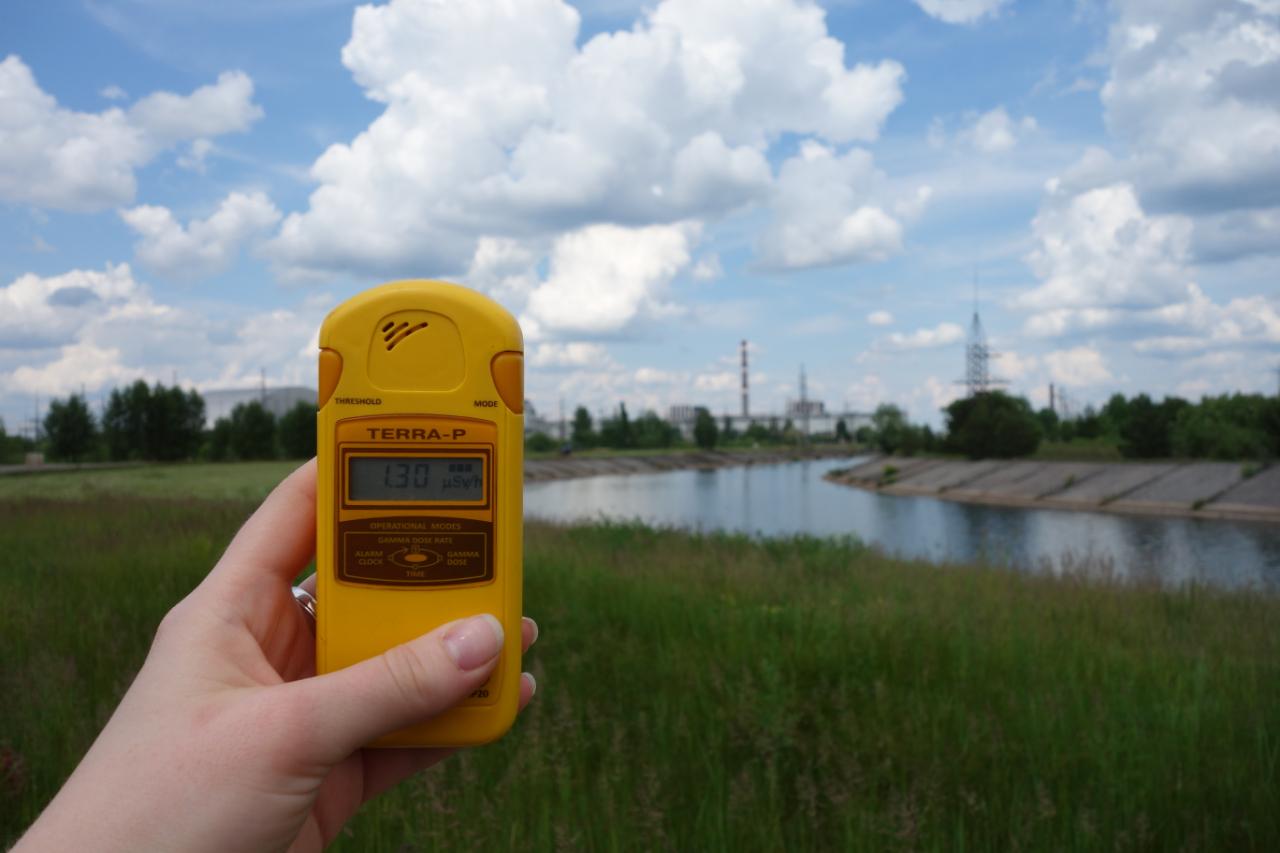 Prominiowanie wokół rzeki Prypeć, dość niskie. W tle elektrownia.