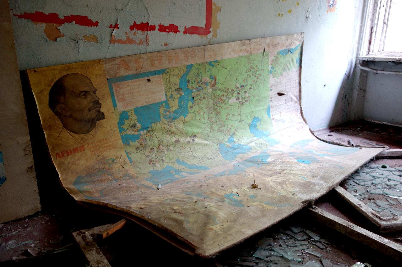 Czarnobyl wycieczka: Plakat z Leninem i jedna z sal lekcyjnych w Prypeci.