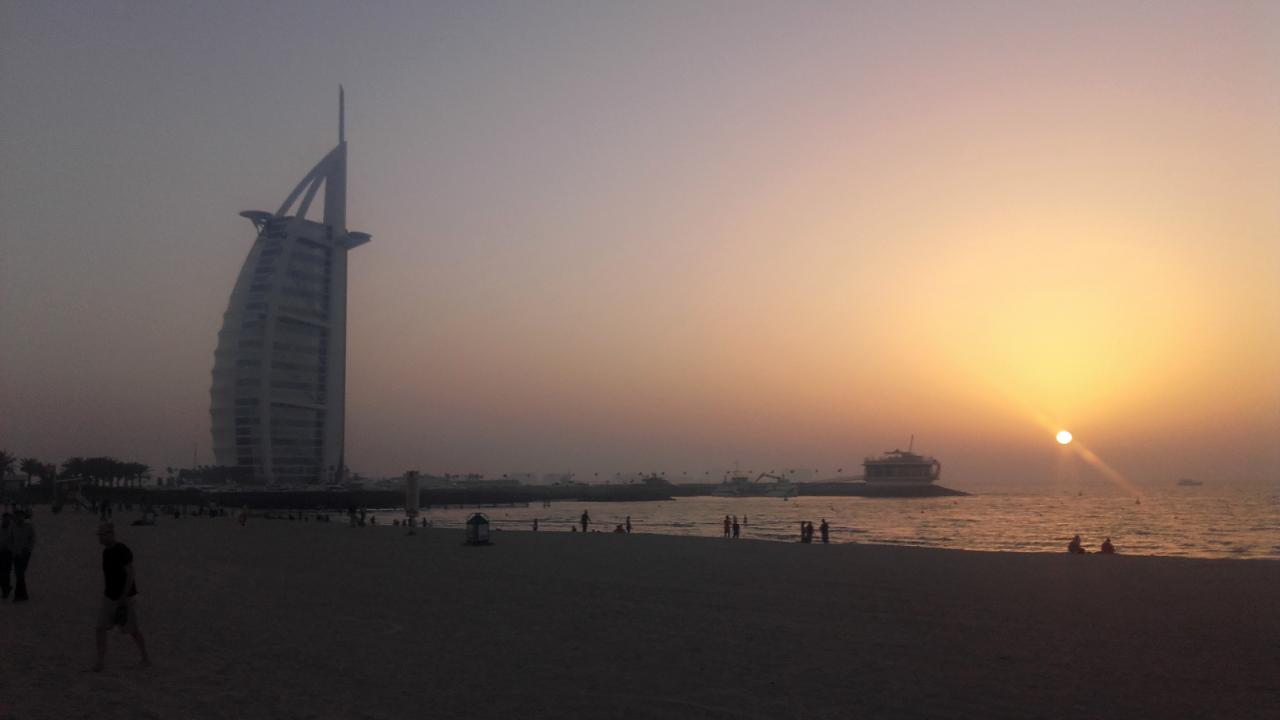 Dubaj - zachód słońca z widokiem na Burj al-Arab.