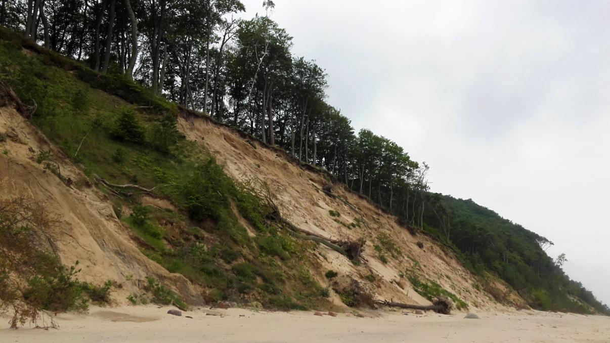 Wzdłóż klifów jest idealna plaża na spacer