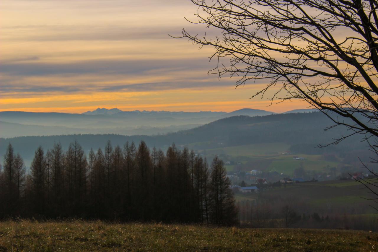 Na trasie zachód słońca z Tatrami w tle