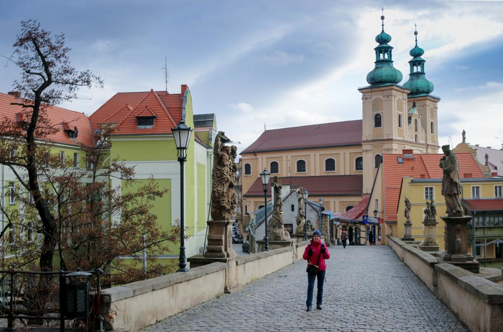 Kłodzko -gotycki most Św. Jana z widokiem na Kościół Matki Bożej Różańcowej.