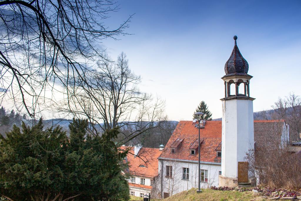 Lądek-Zdrój atrakcje, wzgórze Św. Jerzego, z kaplicą i wieżą zegarową.