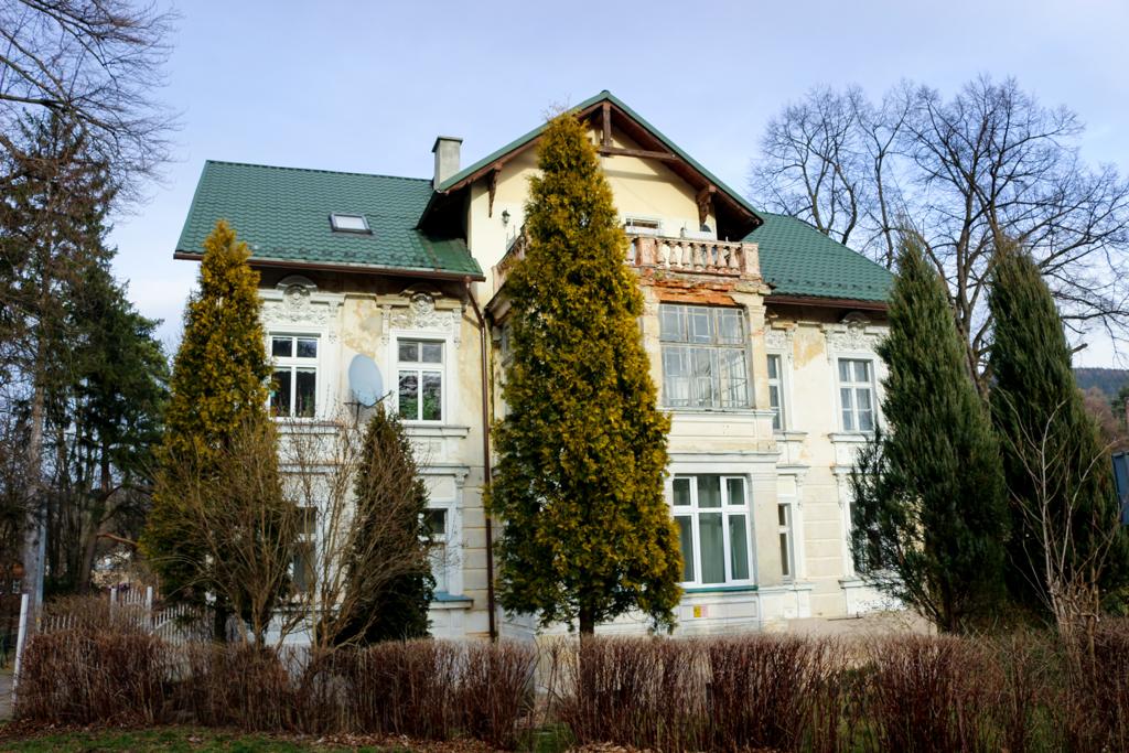 Popadające w ruinę wille w dzielnicy uzdrowiskowej - Lądek-Zdrój.