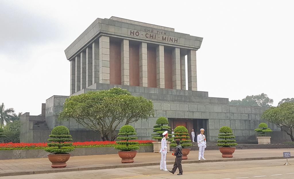 Widok na Mauzoleum Ho Chi Minha, na plac można wejść, nawet, gdy jest ono nieczynne, marzec 2019 r.