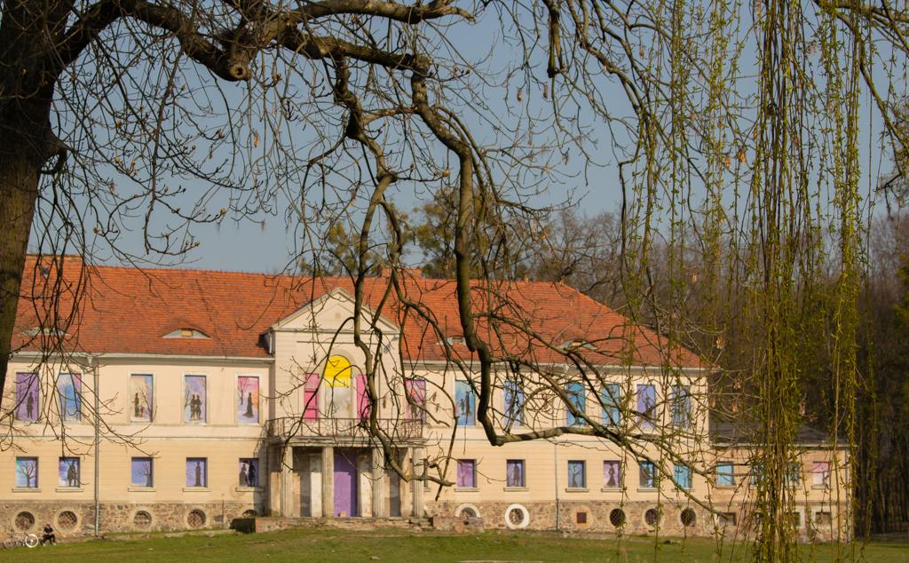Owińska - widok na pałac od strony stawu i drogi.