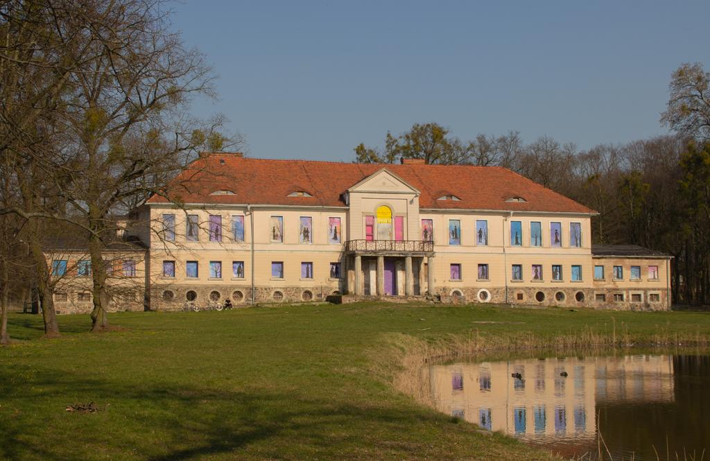 Klasycystyczny pałac z 1804 roku, obiekt rodziny von Treskow, widok z przodu, Owińska 2020 r.
