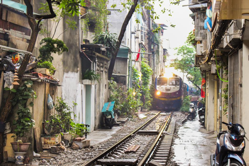 Na ścianach wiszą kartki z rozkładem jazdy pociągów, by móc się schować w odpowiedniej chwili, marzec 2019 r.