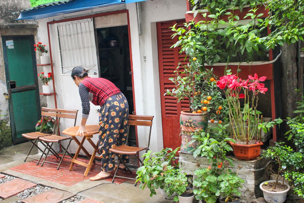 Po obu stronach torów powstało mnóstwo knajpek dla turystów, którzy odwiedzają to miejsce, Stolica Wietnamu - Hanoi, marzec 2019 r.