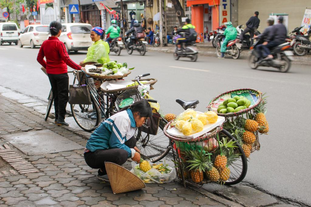 Uliczni sprzedawcy i knajpki są na każdym chodniku, Stolica Wietnamu - Hanoi, marzec 2019 r.