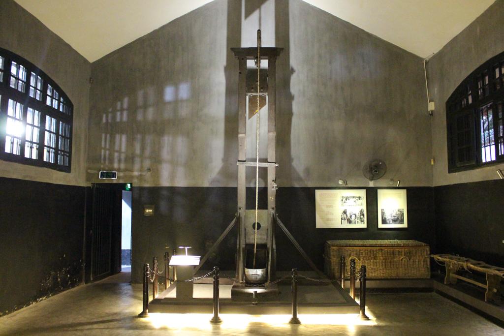 Gilotyna z czasów francuskich kolonizatorów, Muzeum Hoa Lo, Stolica Wietnamu, 2019 r.