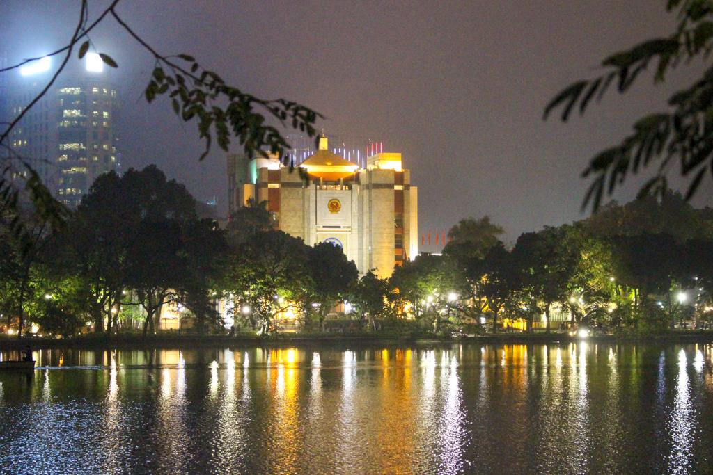 Widok na jezioro w nocy, 2019 r. Stolica Wietnamu