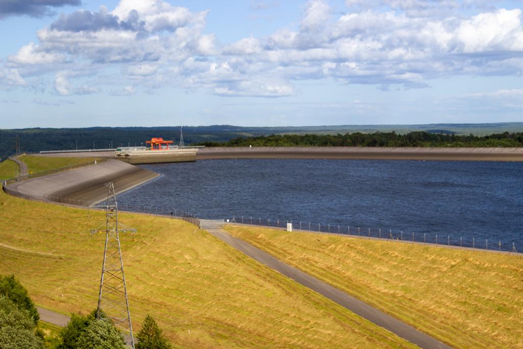 Sztuczny zbiornik wodny zasilający elektrownię - widok z wieży w Gniewinie.