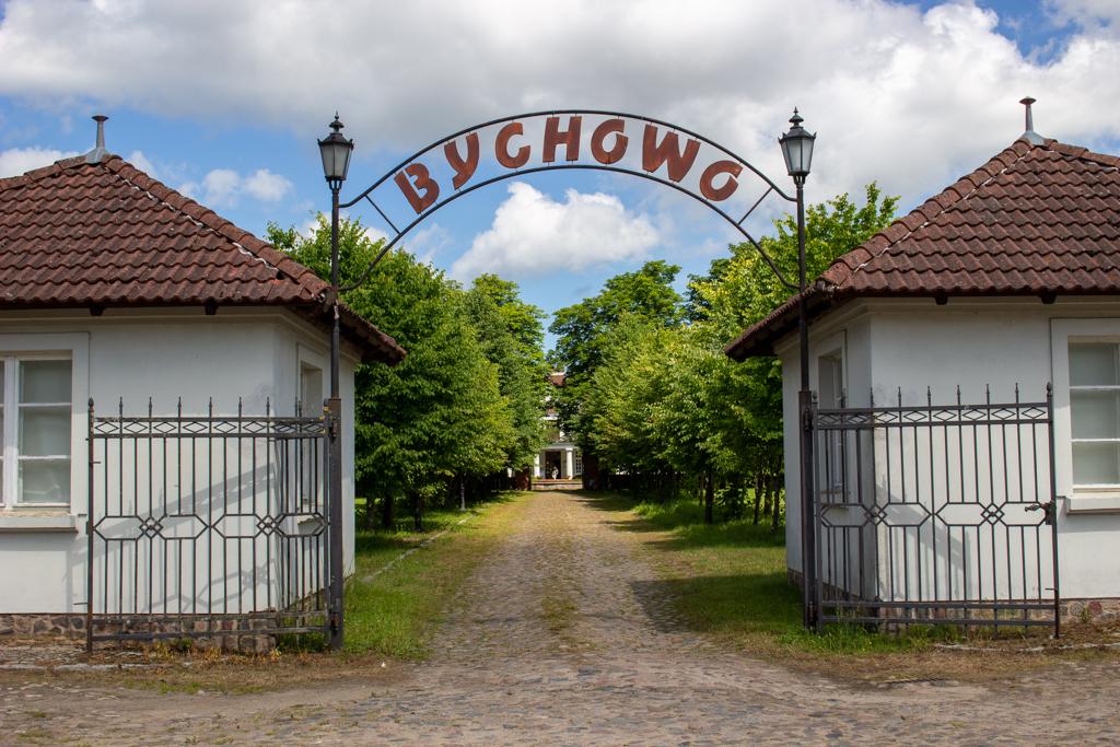 Dwór Bychowo - brama wjazdowa