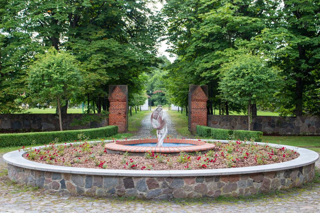Widok od strony dworu na fontannę na zajeździe