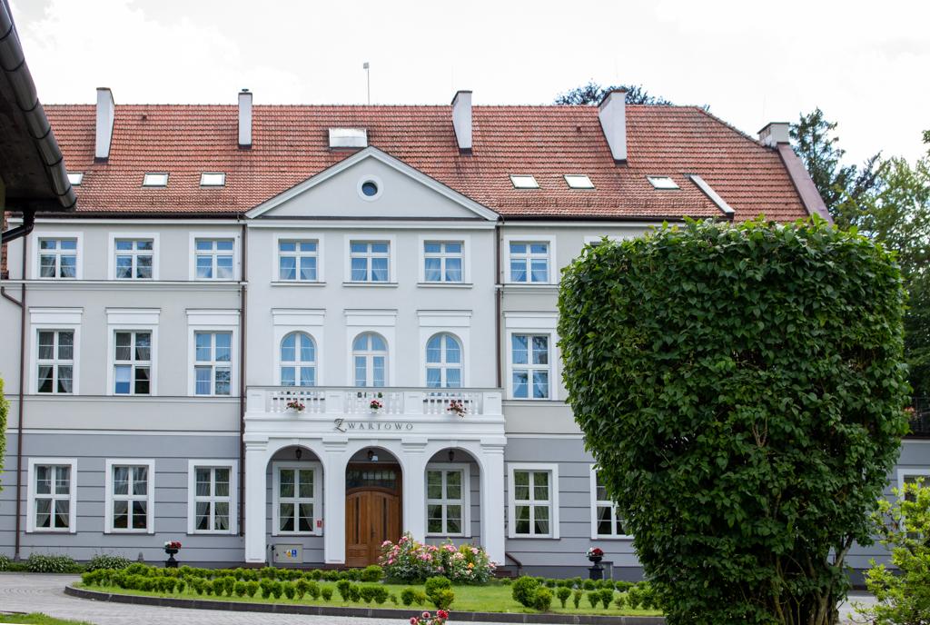 Kaszubskie dworki - Ośrodek penitencjarny Zwartowo - widok od frontu i dziedzińca
