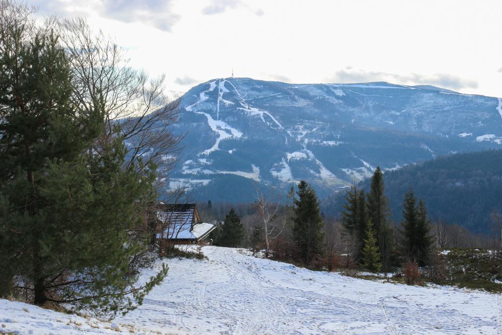 Szczyt z wieżą telewizyjną, do którego prowadzą śnieżne szlaki, to właśnie Skrzyczne.